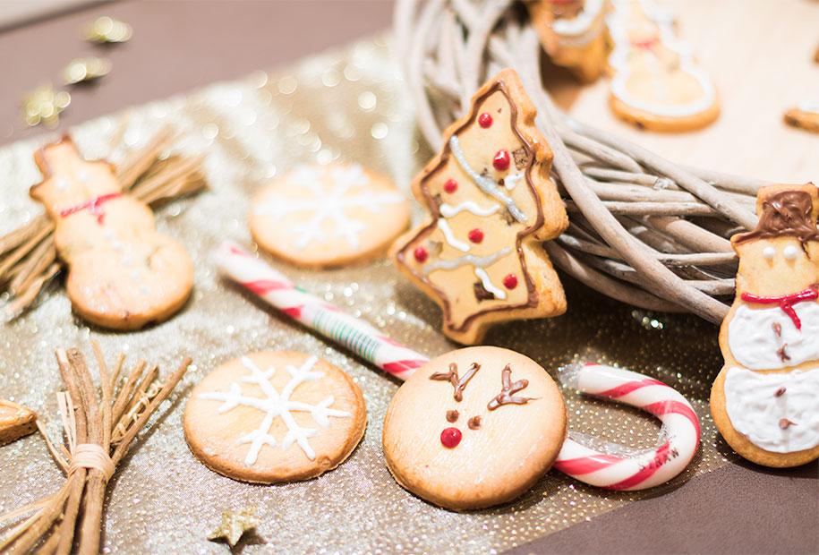 Zoom sur la décoration en forme de renne sur le sablé de Noël rond