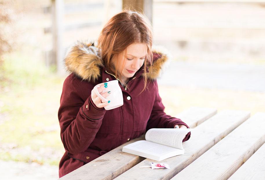 Une tasse de thé et en pleine lecture du livre Ta deuxième vie commence quand tu comprends que tu n'en as qu'une