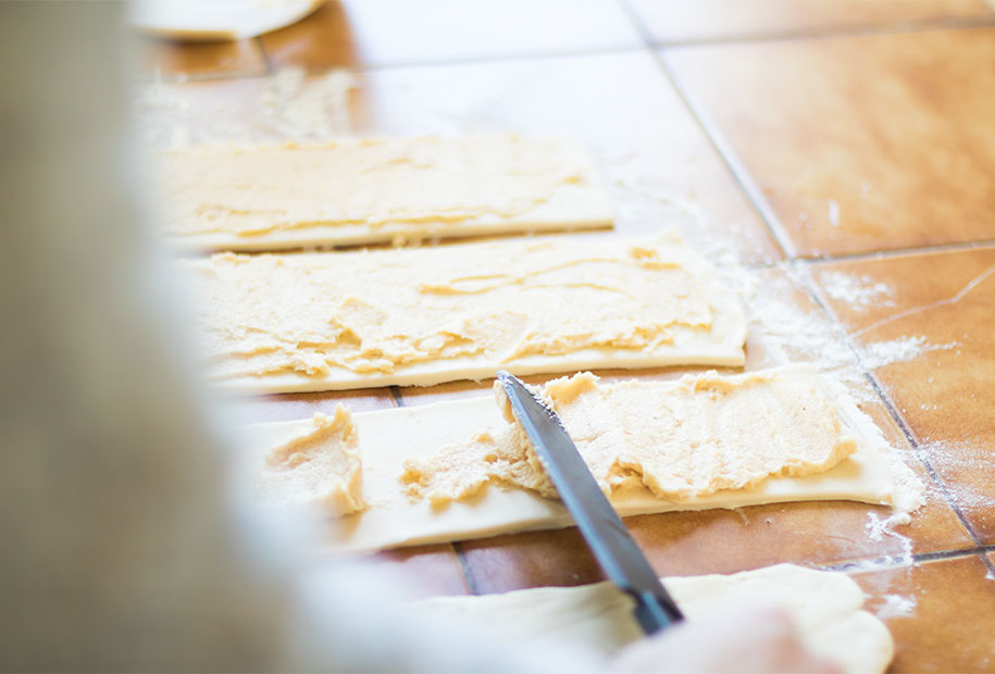 Étalage préparation amandes et noisettes pour la galette des rois en forme de chaussons
