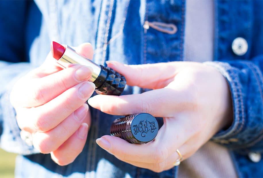 Zoom sur le packaging du rouge à lèvres rouge de Kat Von D