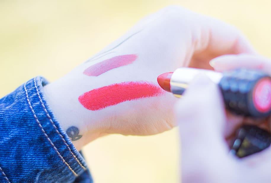 Swatch du rouge à lèvres satiné rouge de Kat Von D
