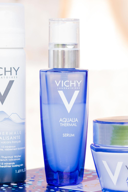 Zoom sur la bouteille en verre bleue du sérum puissant Aqualia Thermal de Vichy