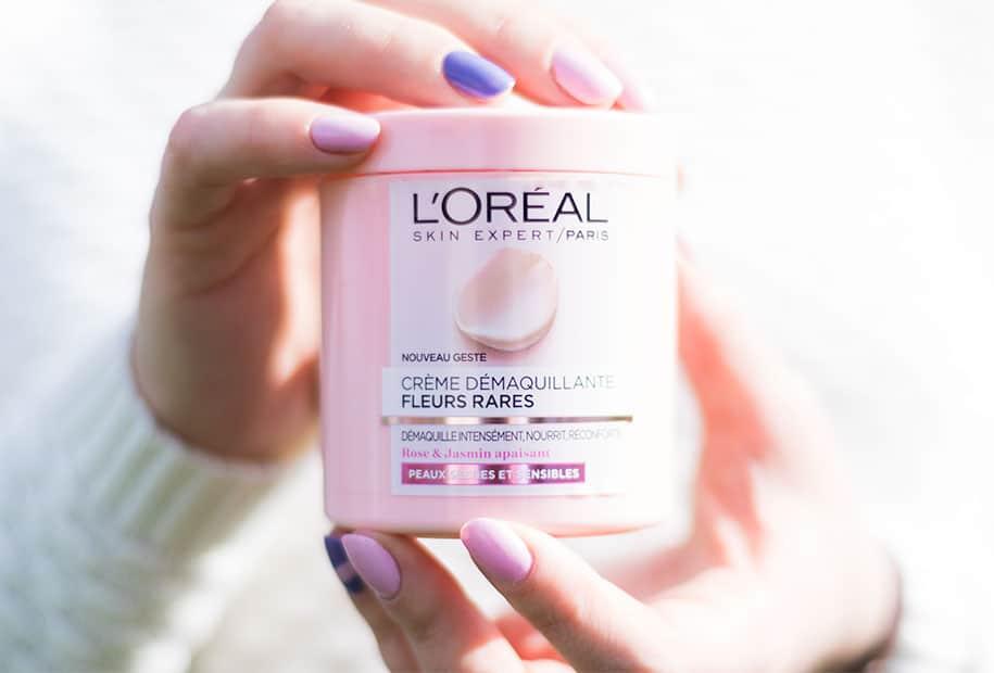 Zoom sur la packaging rose de la crème démaquillante par L'Oréal