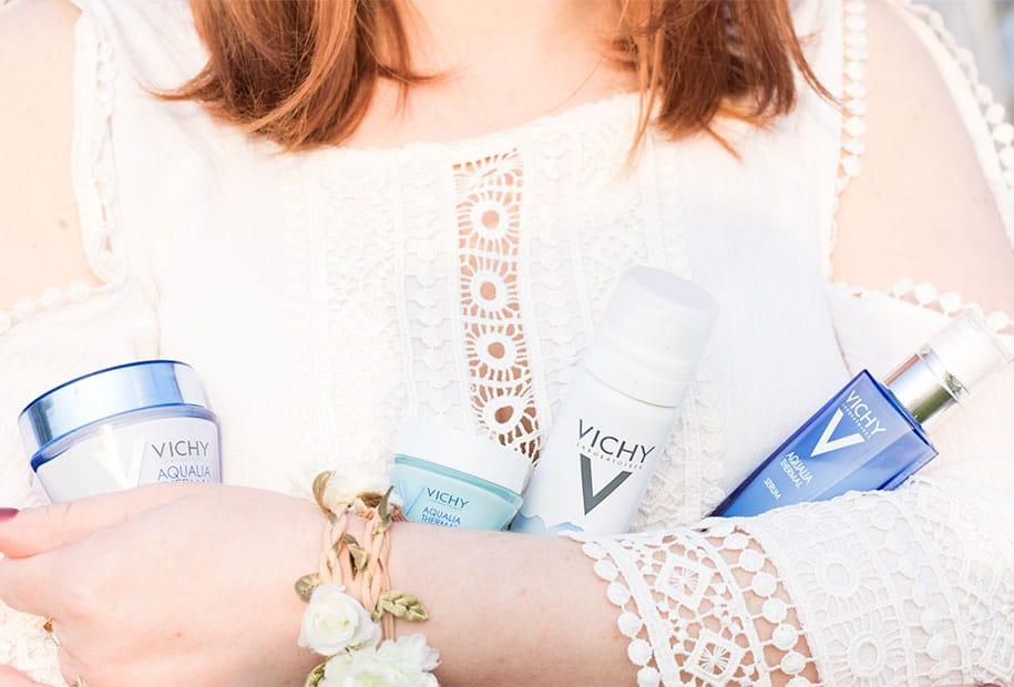 Zoom sur les produits de la gamme AQUALIA THERMAL de VICHY portés devant la fontaine de Tours