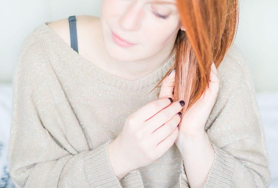 Application de l'huile réparatrice Yves Rocher sur cheveux secs ou abîmés