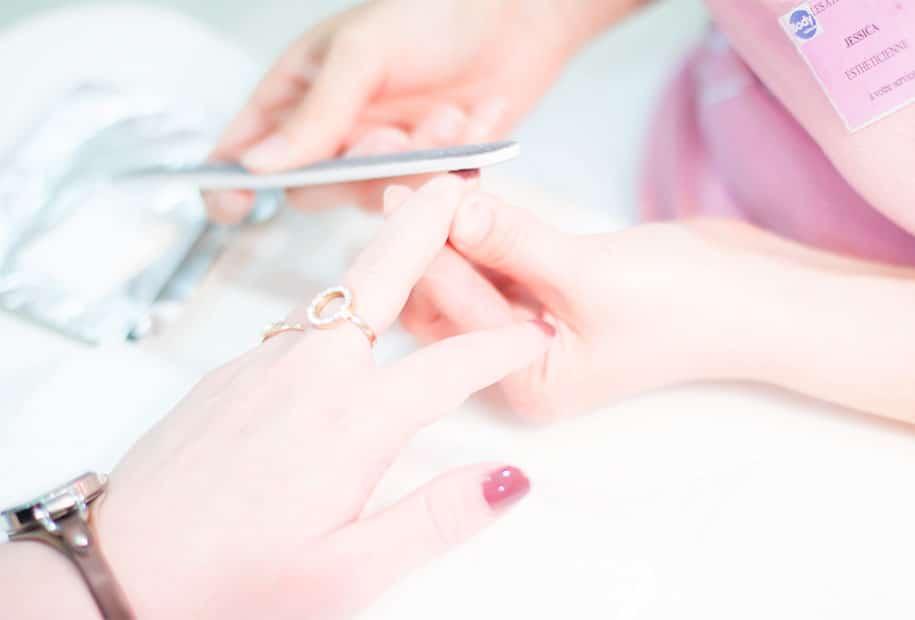 Zoom sur la lime à ongles pour la dépose du vernis semi-permanent