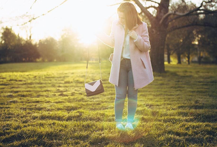 Look au coucher du soleil avec manteau rose et chaussures à paillettes
