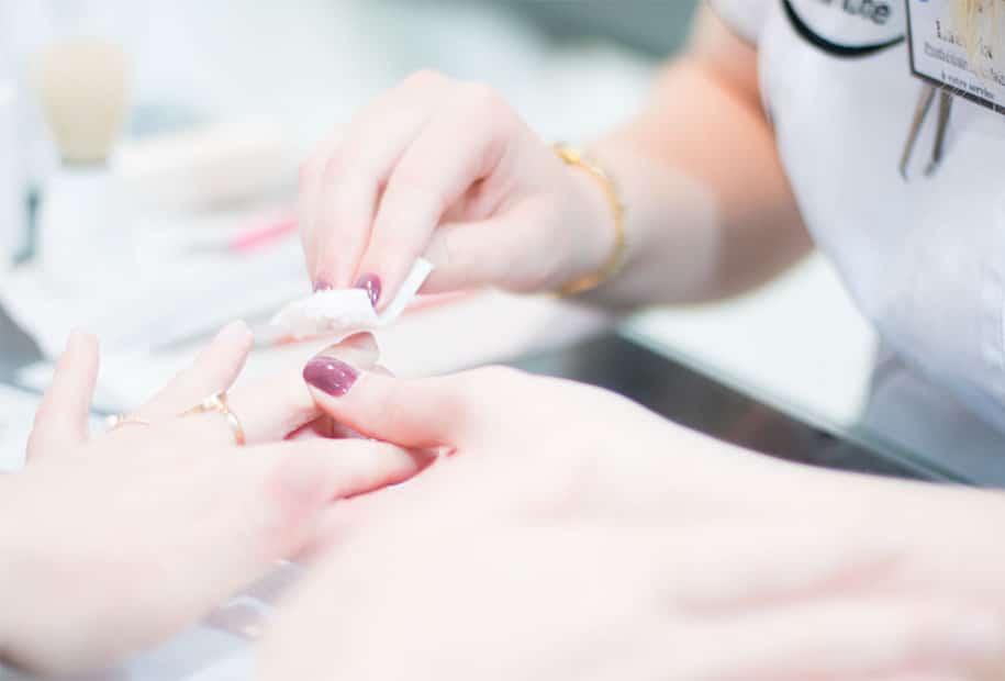 Nettoyage des ongles avant pose du vernis semi-permanent Nail'minute