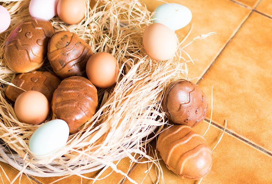 Zoom sur le nid en paille avec les oeufs de Pâques