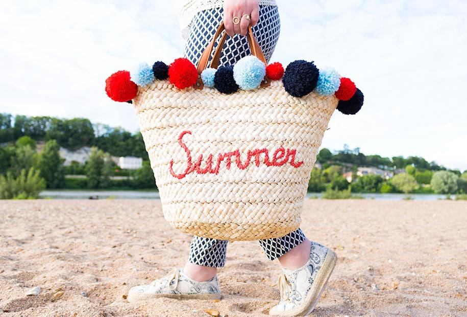 Sac à pompons terminé et porté sur la plage des bords de Loire