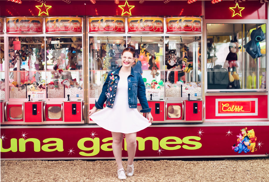 Look en robe patineuse blanche et veste en jean à pin's à la fête foraine