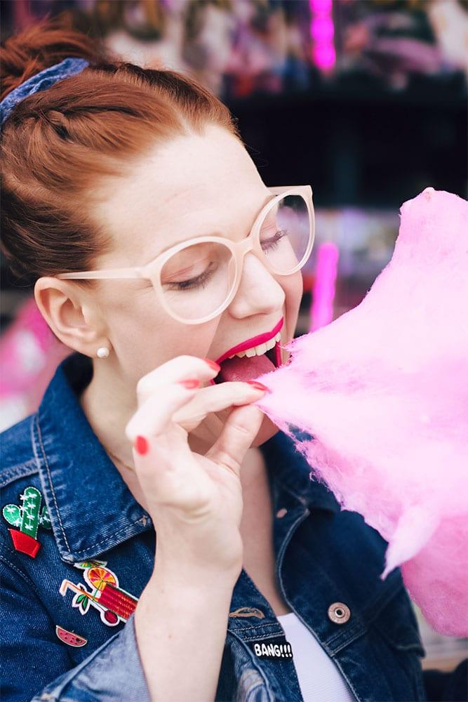 Zoom sur la barbe à papa et les lunettes rose poudré H&M
