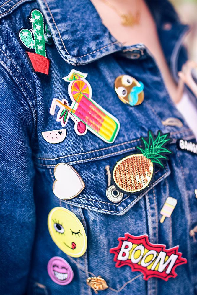 Zoom sur les pin's accrochés à la veste en jean du look à la fête foraine de Tours