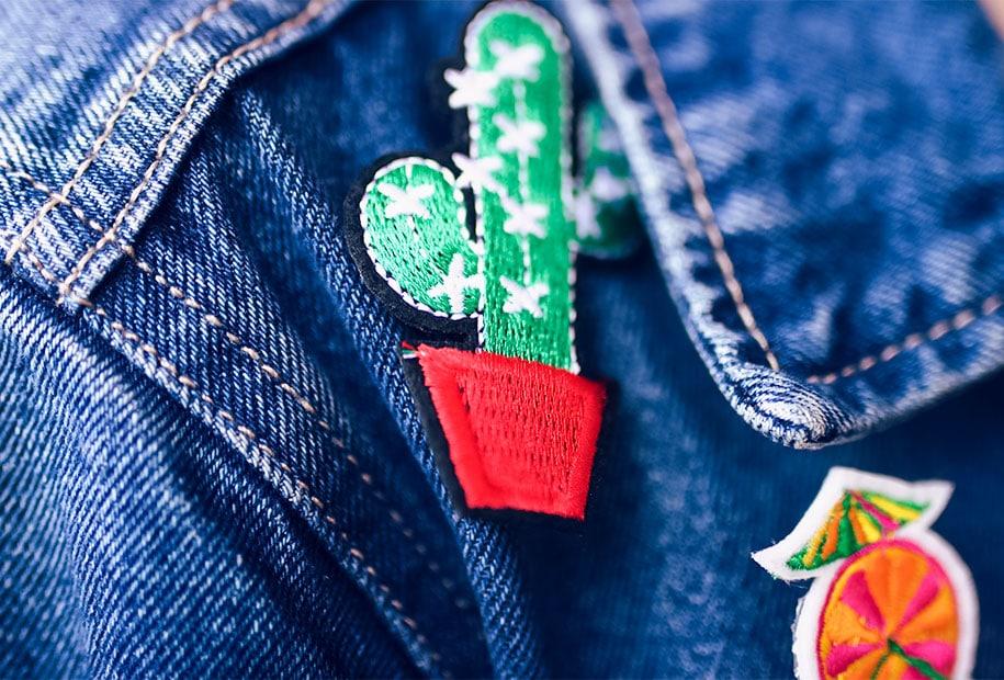 Zoom sur le pin's cactus accroché à la veste en jean du look à la fête foraine de Tours