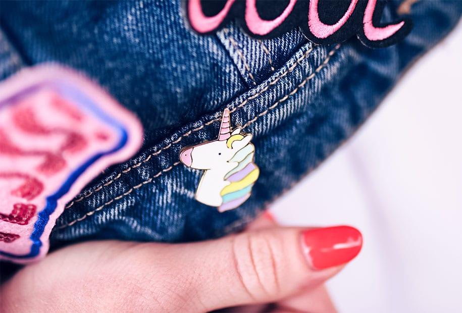 Zoom sur le pin's licorne accroché à la veste en jean du look à la fête foraine de Tours