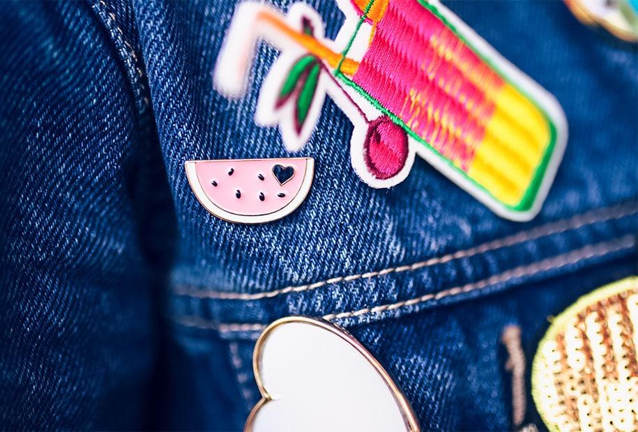 Zoom sur le pin's pastèque accroché à la veste en jean du look à la fête foraine de Tours