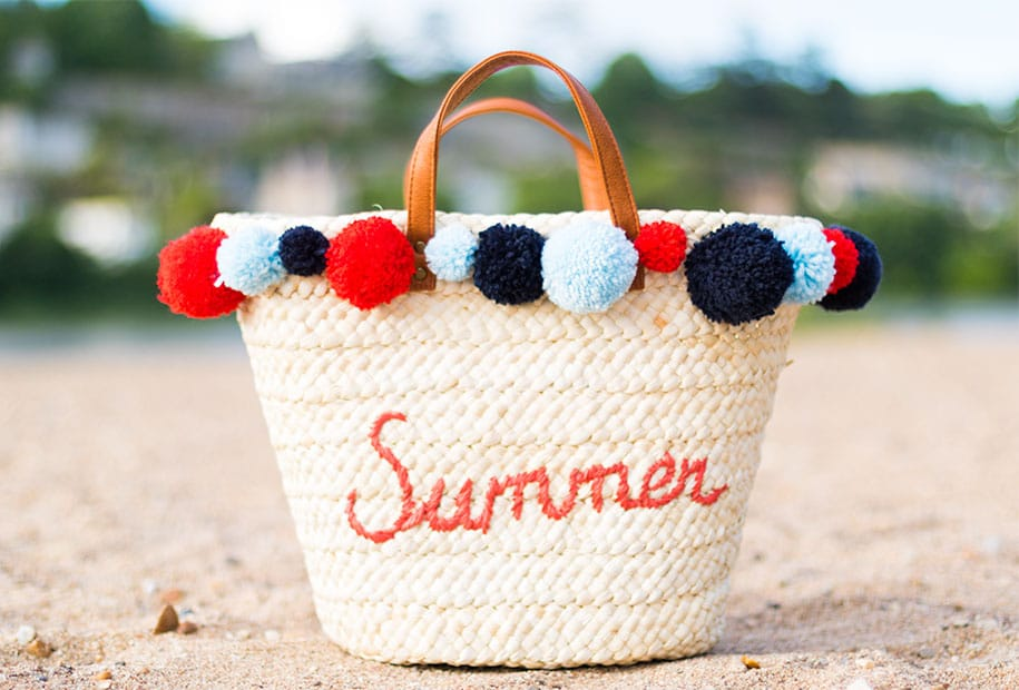 Zoom sur le sac à pompons terminé posé sur la plage des bords de Loire