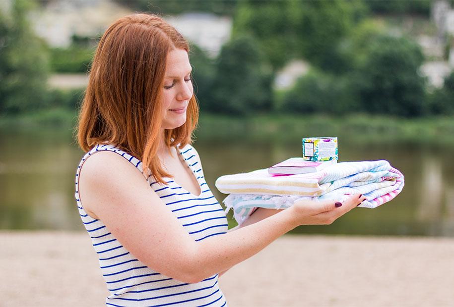 Cadeaux du concours pour le 100ème article, un drap de plage coloré Eurodif, un livre de Raphaëlle Giordano et le gommage à la fleur de Tiaré Baïja