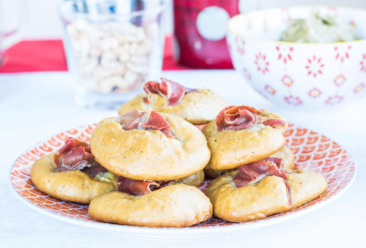Présentation dans une assiette Zodio orange et blanche des cookies salés aux graines de sésame et jambon de parme pour les recettes apéritives de l'été