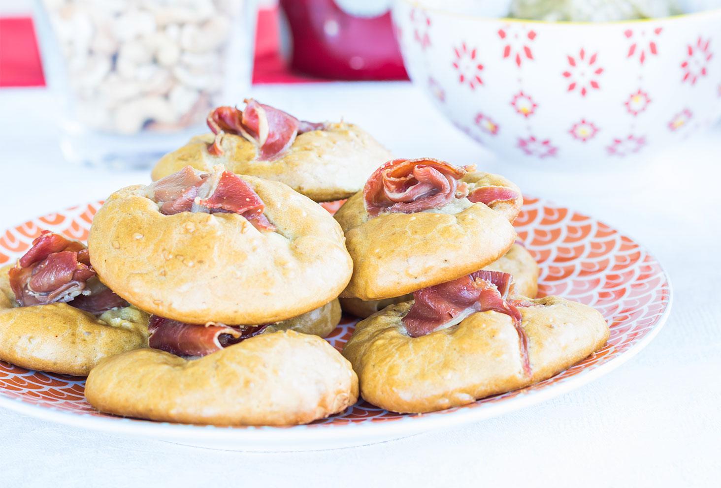 Recette apéritive de l'été, les cookies salés aux graines de sésame et jambon de parme dans une assiette Zodio orange et blanche
