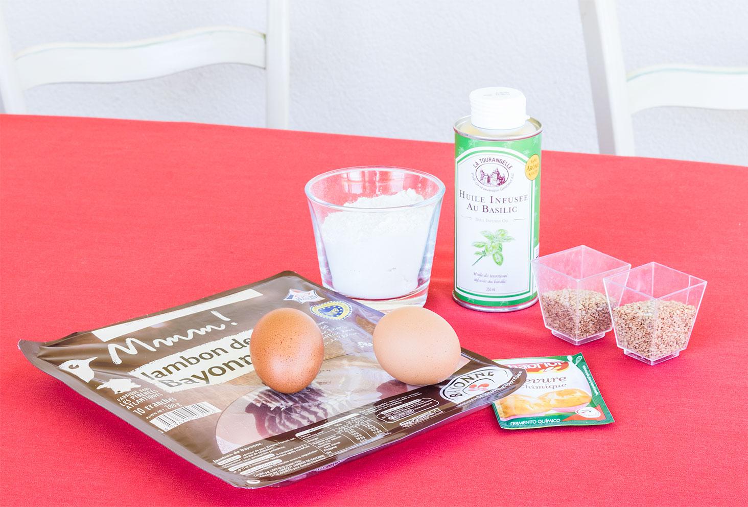 Ensemble des ingrédients nécessaires à la réalisation de la recette apéritive, les cookies aux graines de sésame et jambon de parme