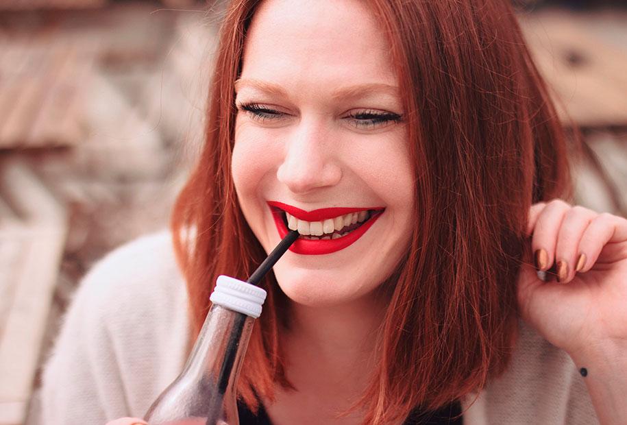 Zoom sourire et rouge à lèvres rouge