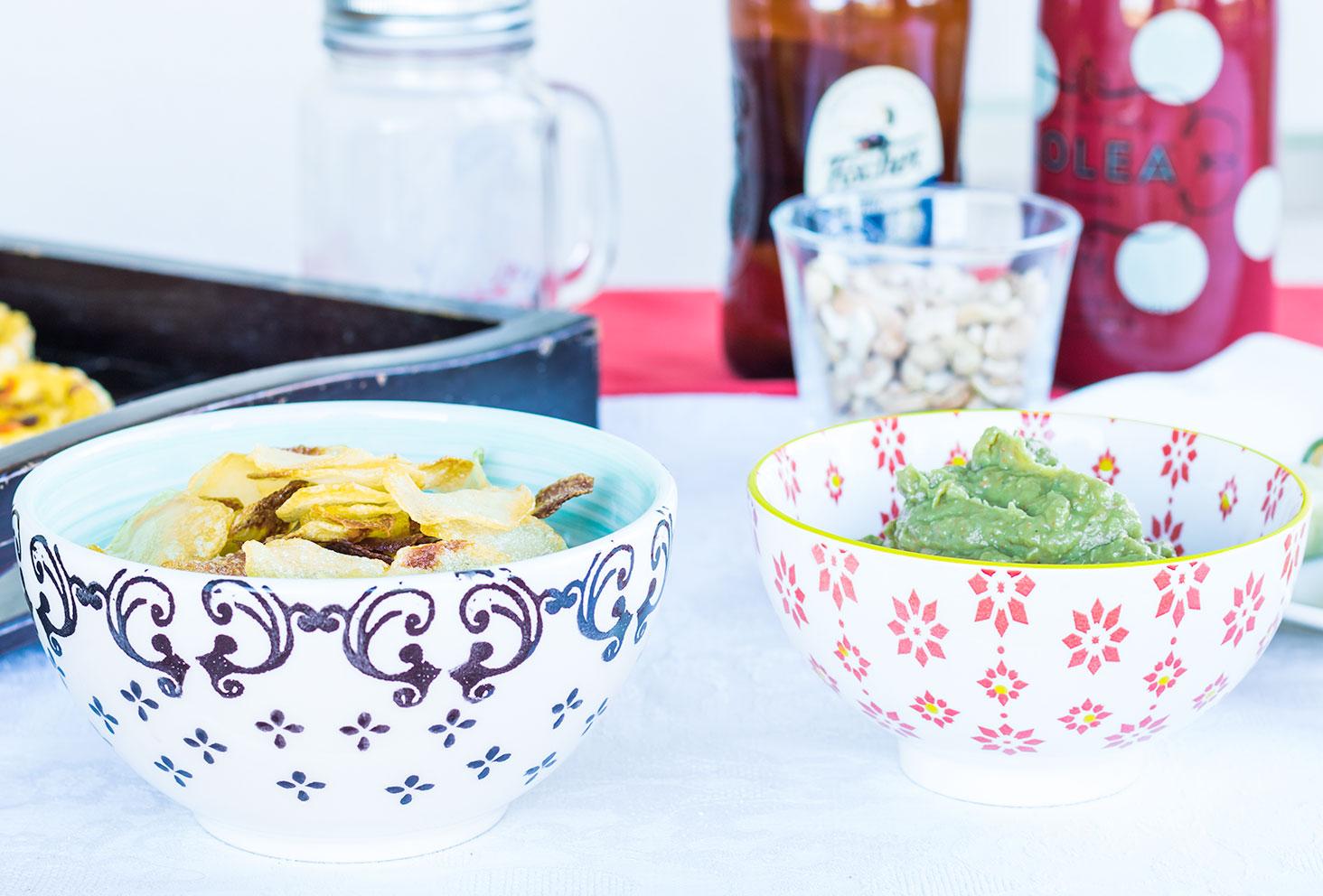 Guacamole d'avocats et chips au four maison pour les recettes de l'été