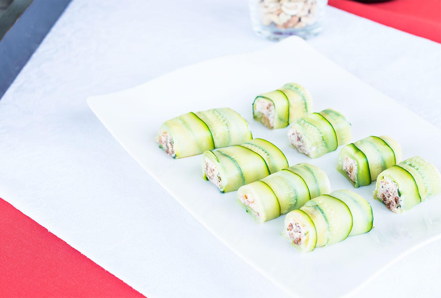 Roulés de courgettes au chèvre frais, noix de Cajou et tomates séchées pour la première recette de l'été