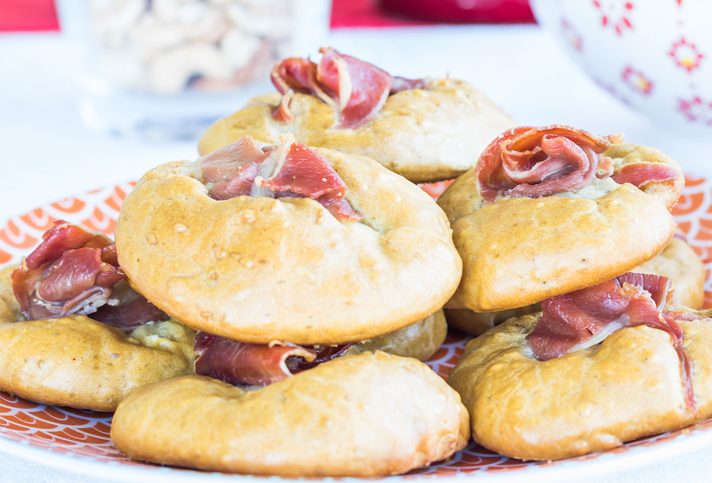 Zoom sur les cookies salés aux graines de sésame et jambon de parme pour les recettes de l'été