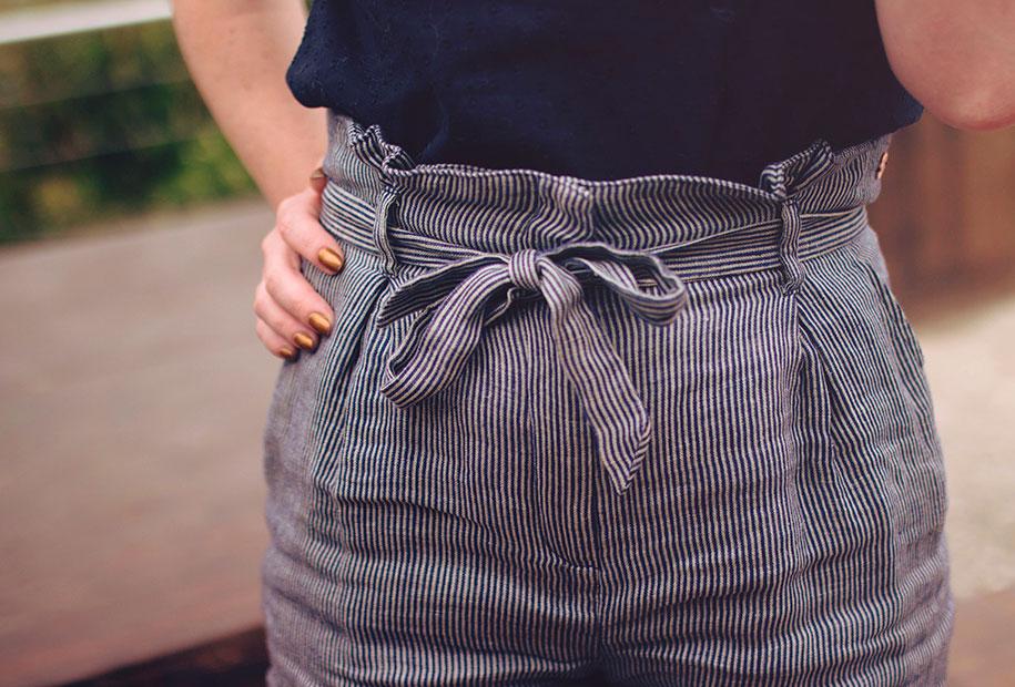 Zoom sur le noeud de la ceinture du short taille haute Harris Wilson