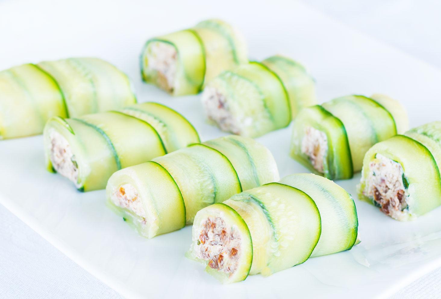 Zoom sur la première recette de l'été, les roulés de courgettes au chèvre frais, tomates séchées et noix de Cajou