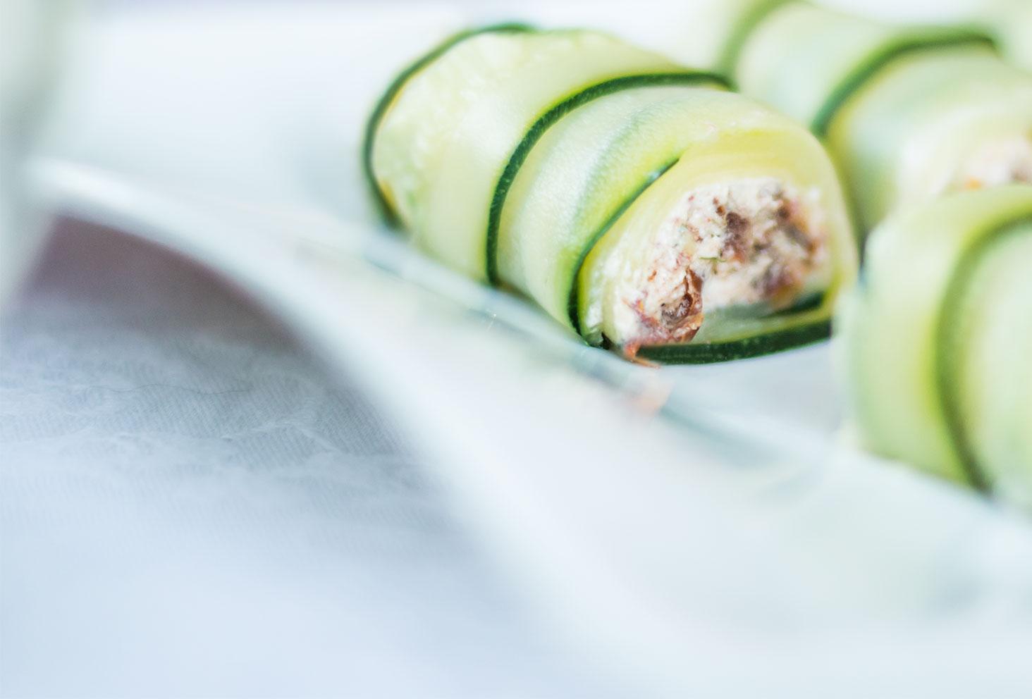 Zoom sur la farce chèvre frais, tomates séchées et noix de Cajou des roulés de courgettes pour la première recette de l'été