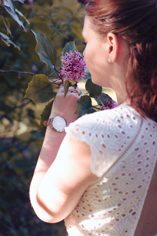 Fleurs violettes, montre Fossil Q et robe blanche en dentelle