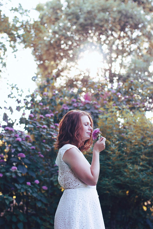 Fleurs violette et robe blanche en dentelle et dos nu de profil