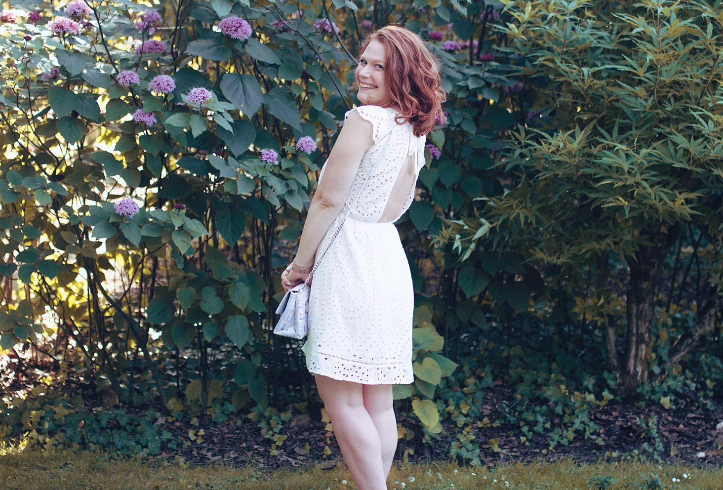 Look en robe blanche dos nu et dentelle ETAM