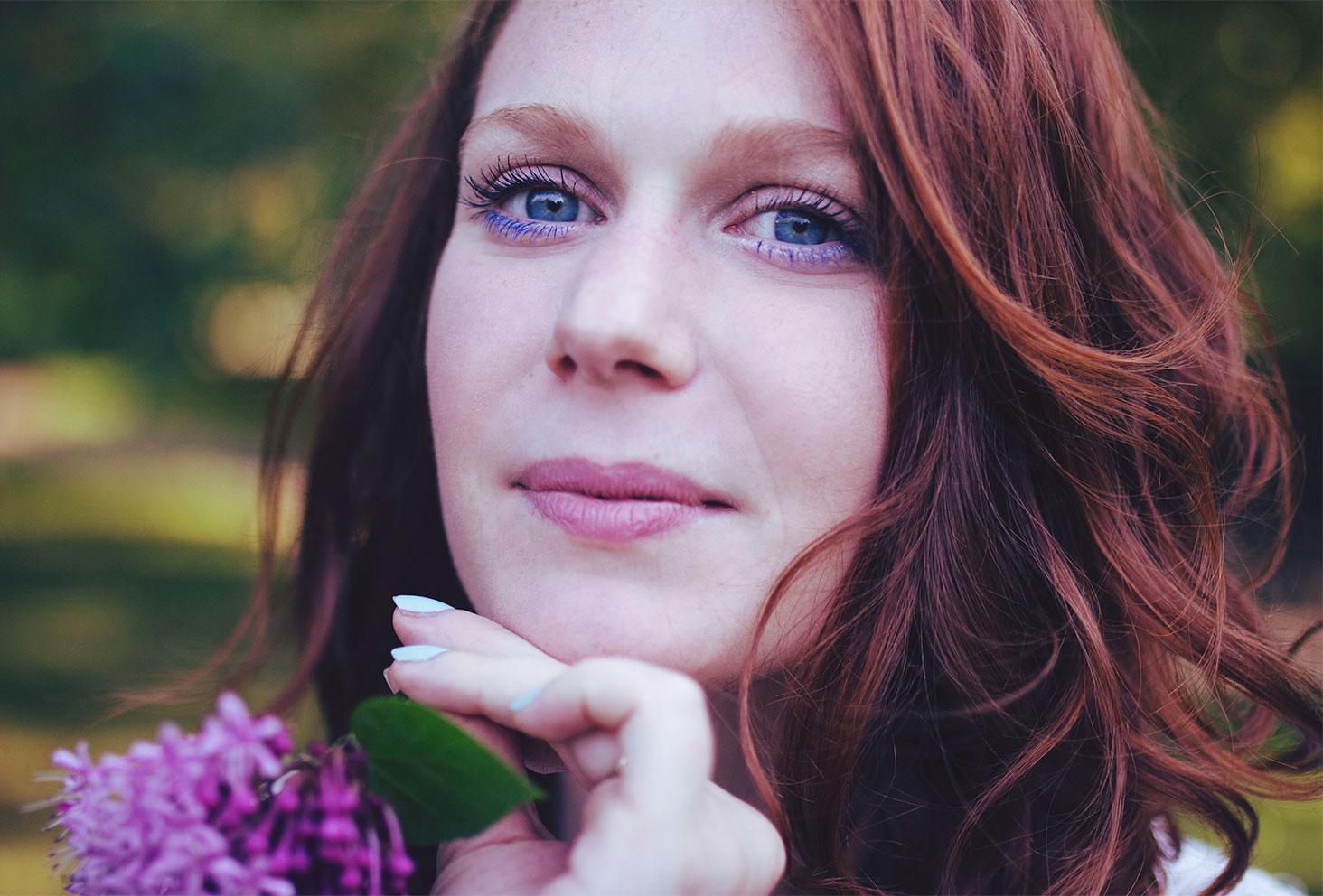 Photo portrait zoom sur le maquillage bleu et cheveux roux