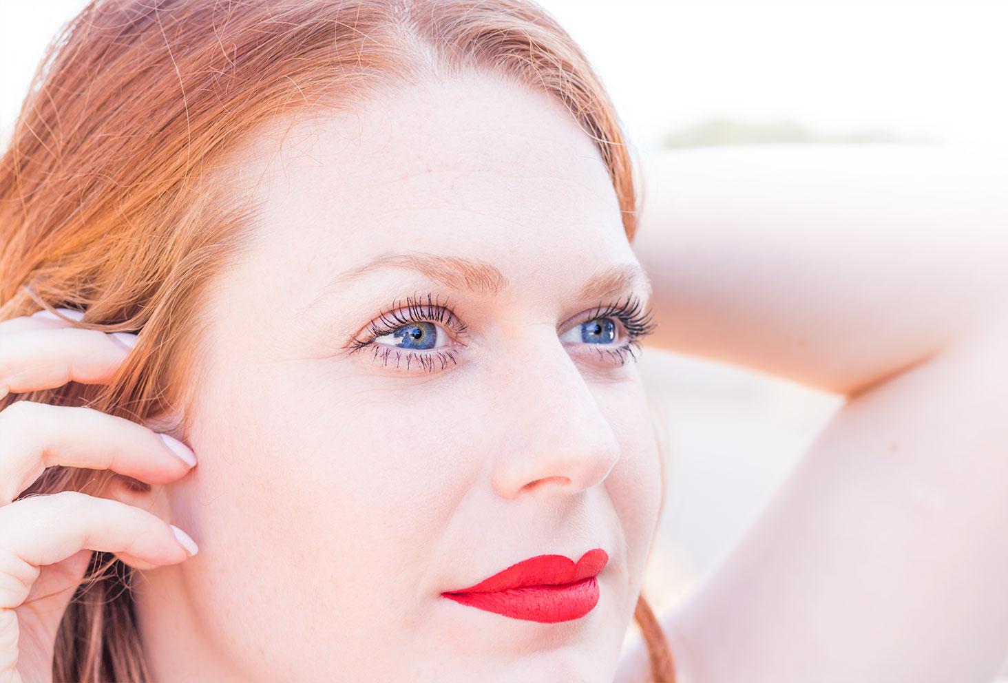 Rouge à lèvre mate rouge de Sephora porté