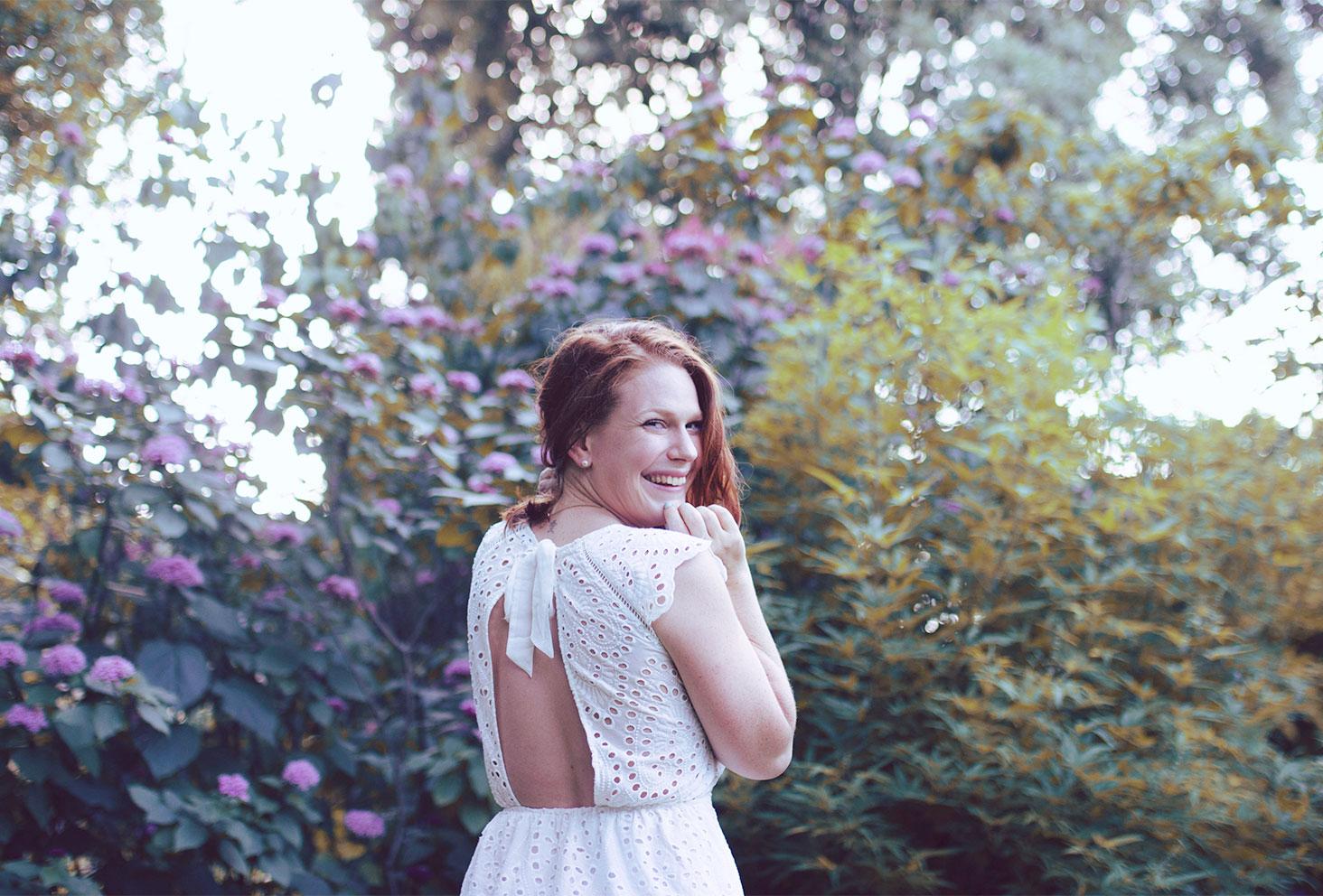 Dos nu de la robe blanche en dentelle de chez ETAM
