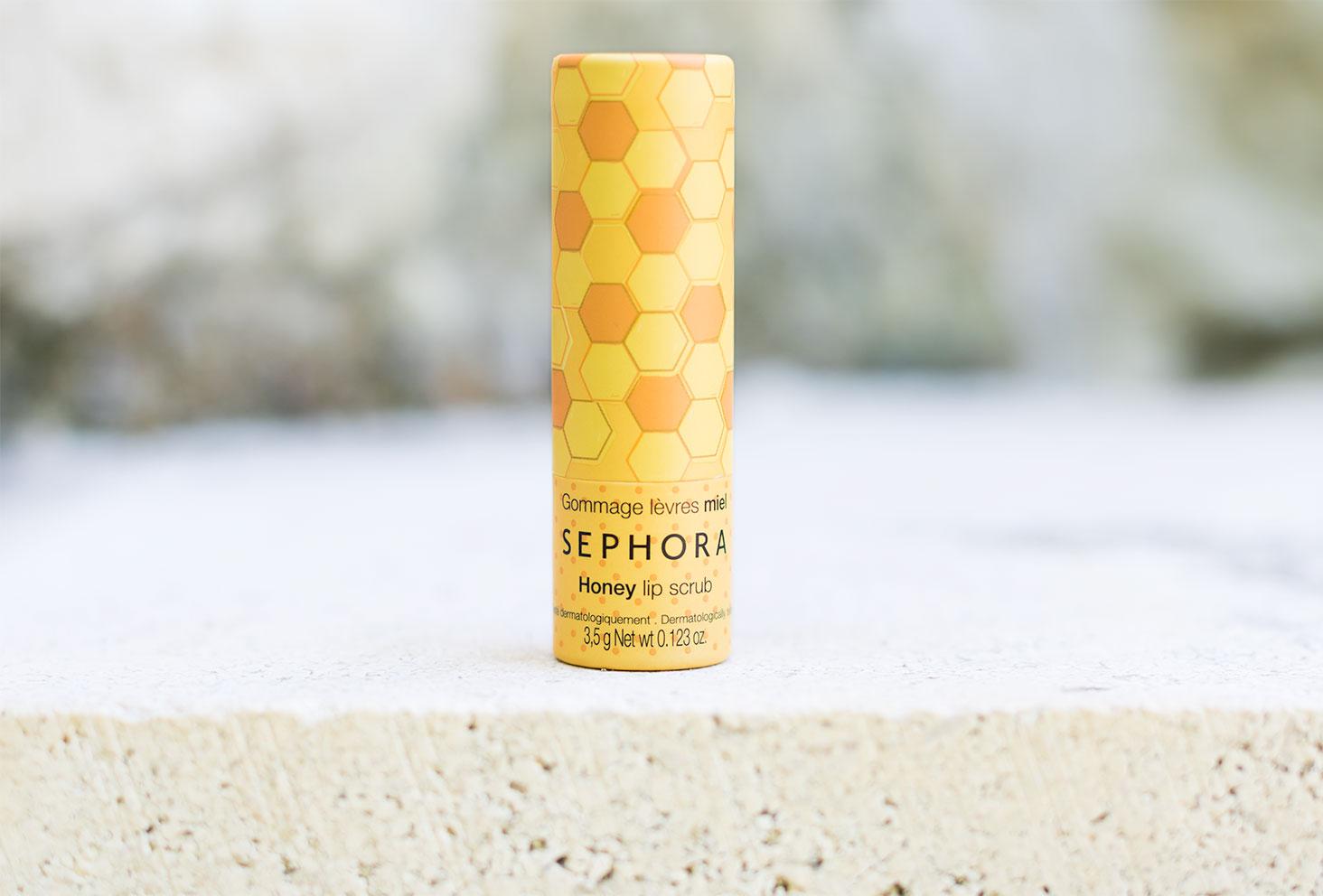Zoom sur le packaging jaune du gommage lèvres au miel de la marque Sephora