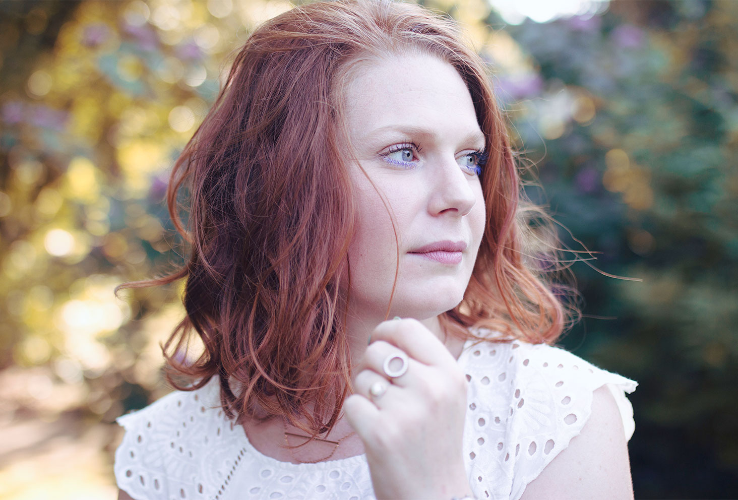 Zoom maquillage bleuté et cheveux bouclés