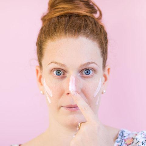Application du masque de nuit Erborian en peinture indienne sur le visage