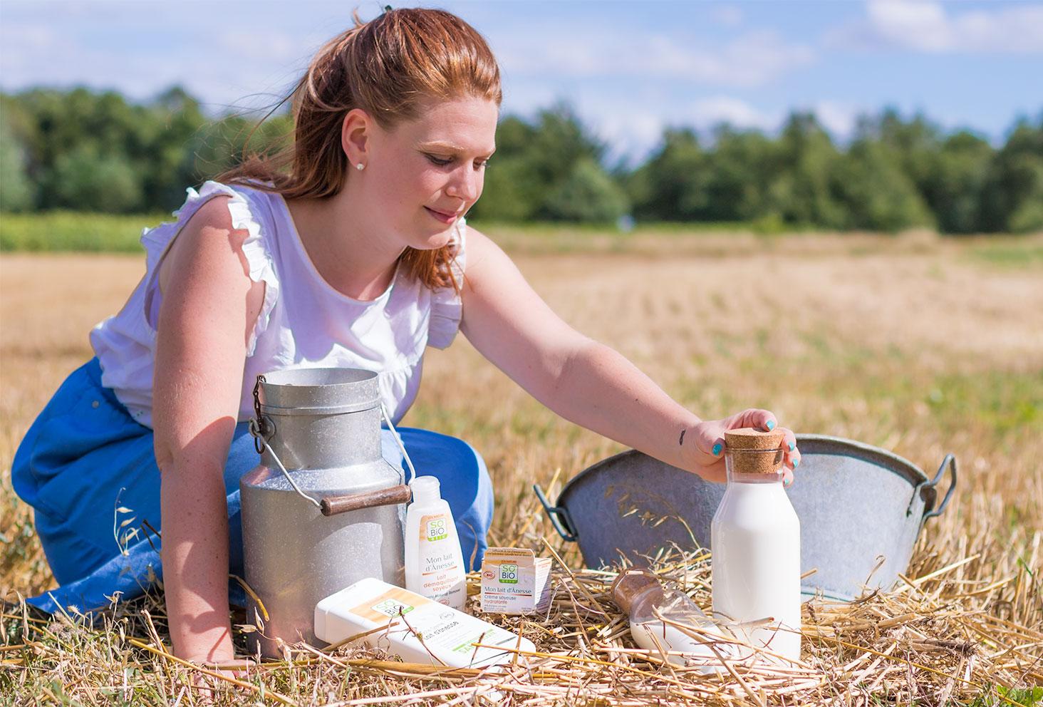 Ensemble des produits démaquillant, crème et gel douche, de la gamme Mon lait d'Ânesse de SO'BiO étic mis en scène au milieu d'un champ de paille