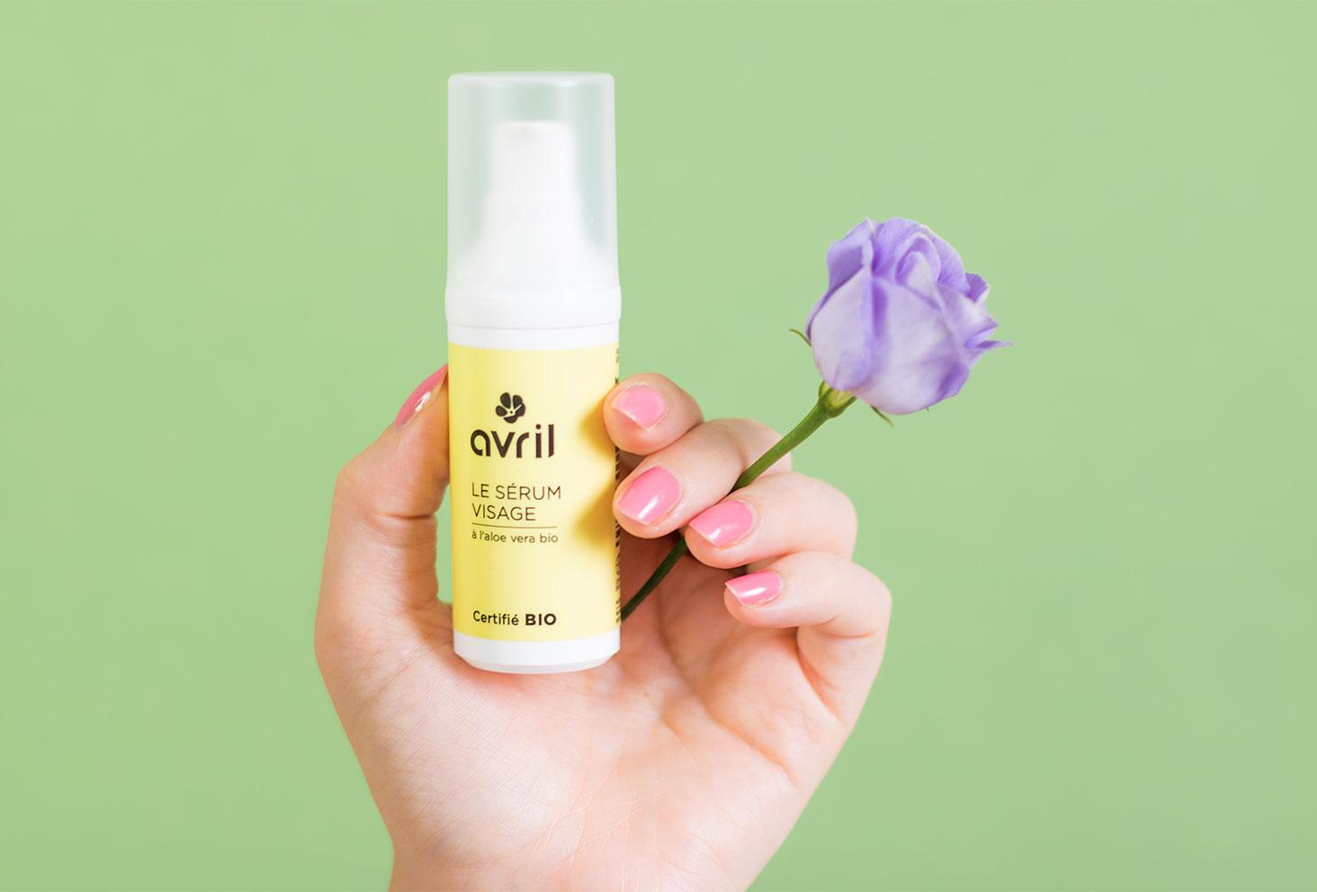 Zoom sur le packaging du sérum pour visage à l'aloe vera bio de la marque Avril