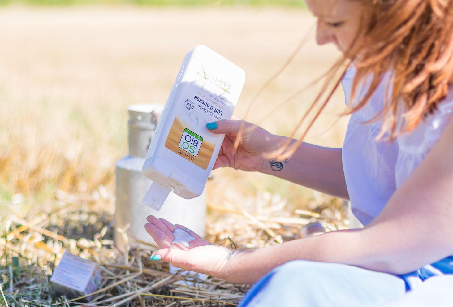 Utilisation de la crème de douche au lait d'ânesse de la gamme Mon lait d'Ânesse de la marque SO'BiO étic