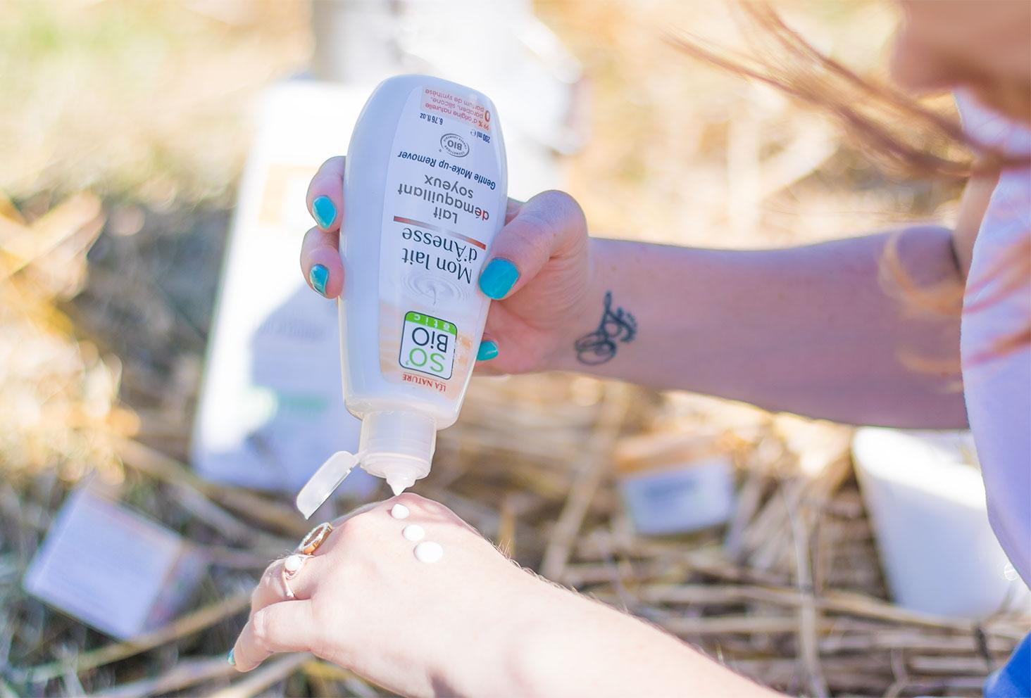 Utilisation du démaquillant au lait d'ânesse de la gamme Mon lait d'Ânesse de la marque SO'BiO étic