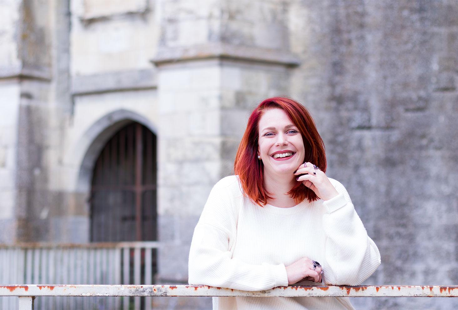Appuyée sur la rambarde devant le château d'Amboise pour le look de la rentrée
