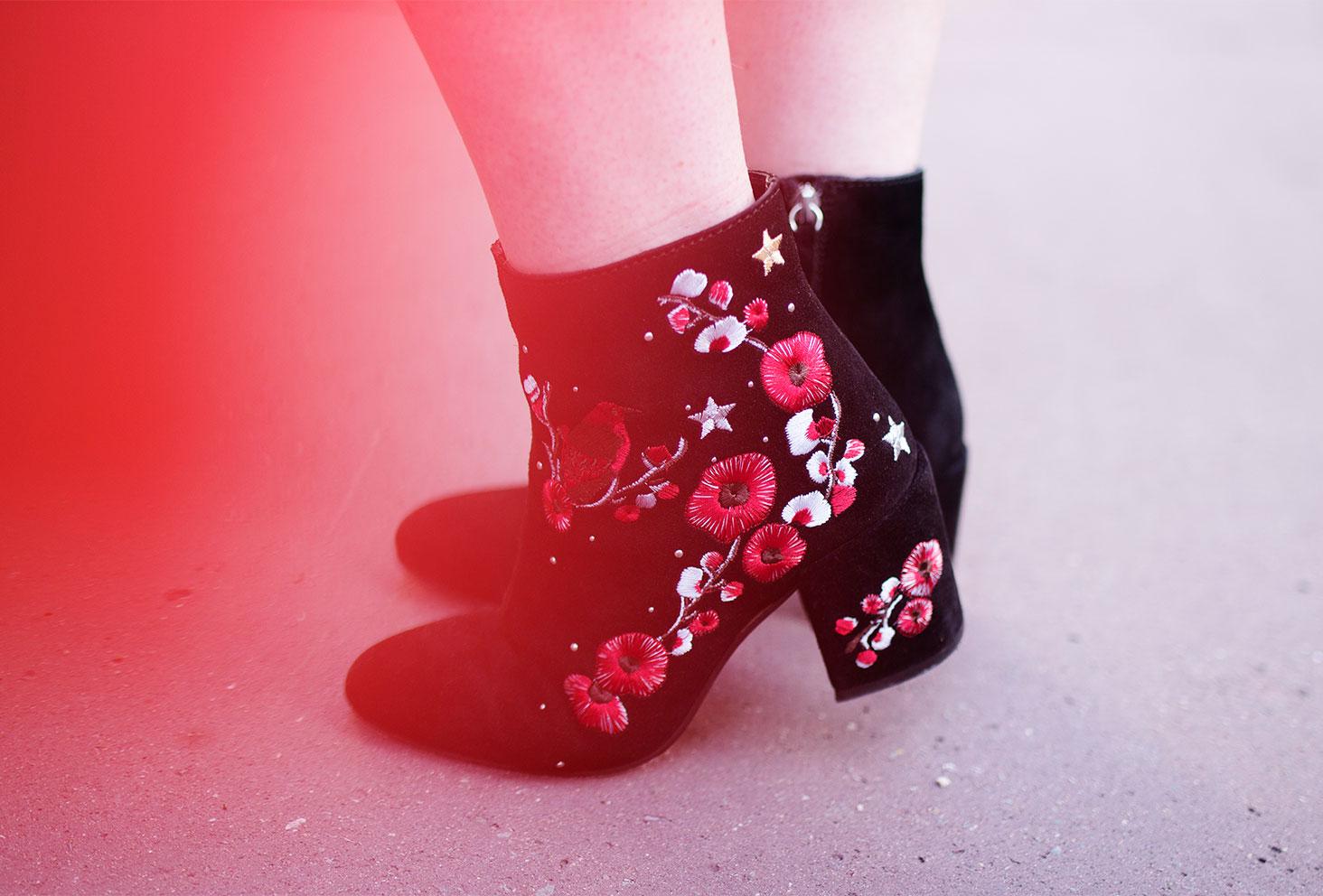 Zoom sur les bottines à talons fleuris Stradivarius