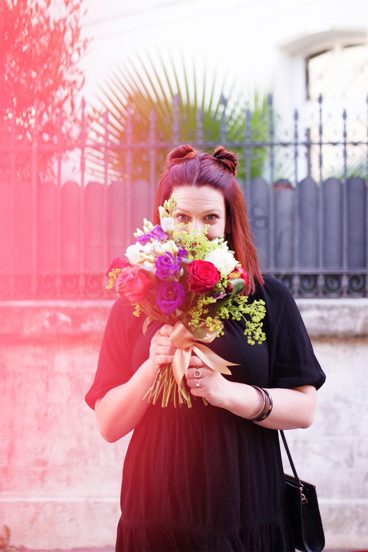 Visage caché derrière un gros bouquet de fleurs du look de la rentrée 2