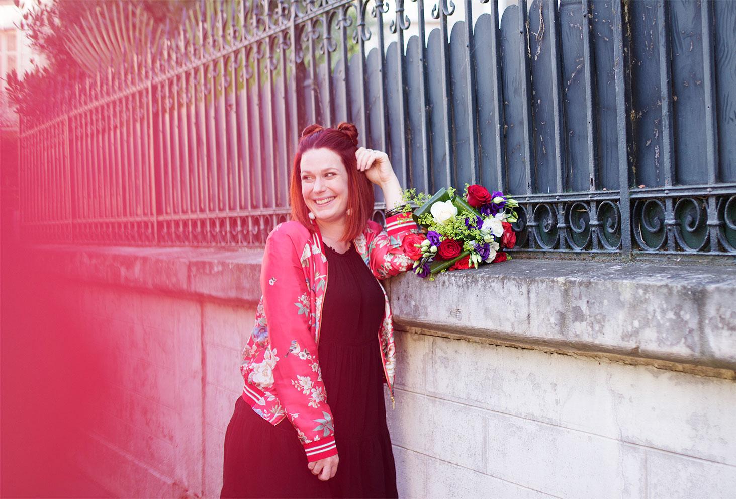 Sourire et profil du look de la rentrée bomber à fleurs