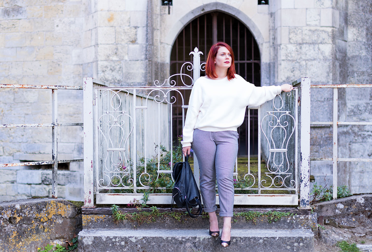 Pull blanc Zara et pantalon pied-de-poule du look de la rentrée 5 en entier avec le sac et les escarpins